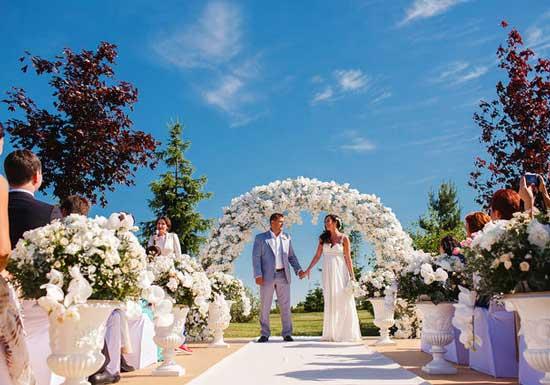 Красивая белая выездная свадьба с аркой