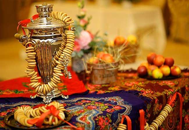 Самовар и стол на русской свадьбе