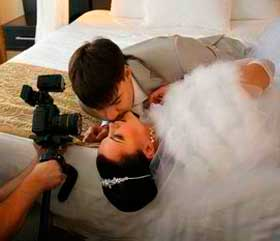 Свадебный оператор и съемка поцелуя