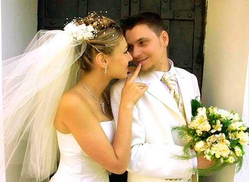 Жених и невеста в белом цвете