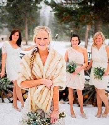 Невеста с подружками на зимней свадьбе