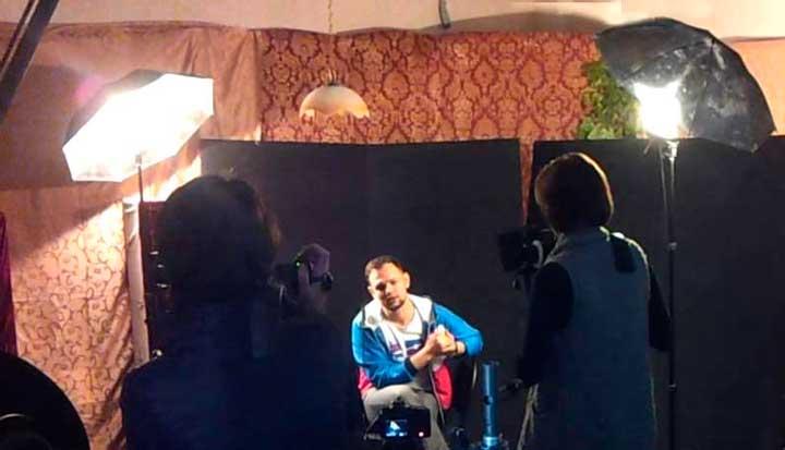 Съемка интервью со светом в студии
