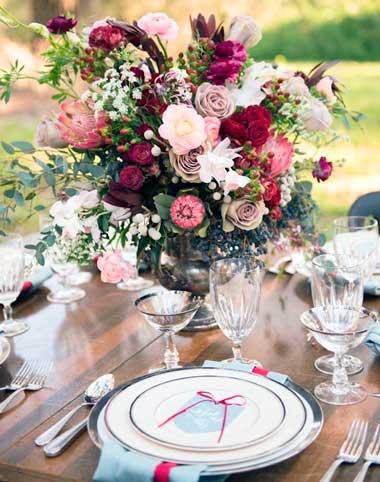 Цветы марсала на столе