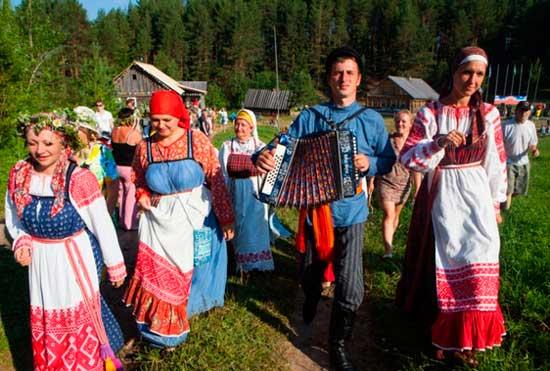 Гости на деревенском выкупе на свадьбе