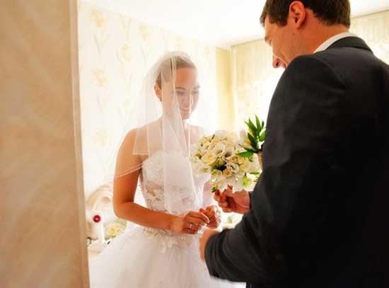 Жених дарит подарок невесте