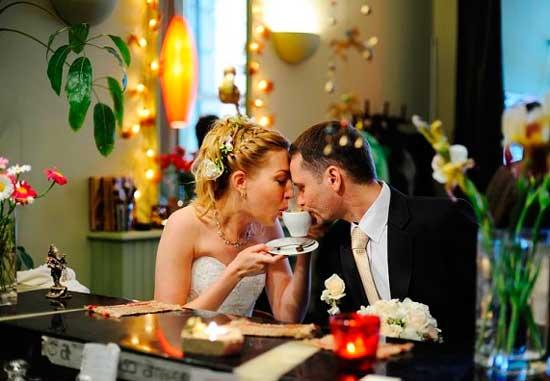 Жених и невеста и их вегетарианская эко свадьба