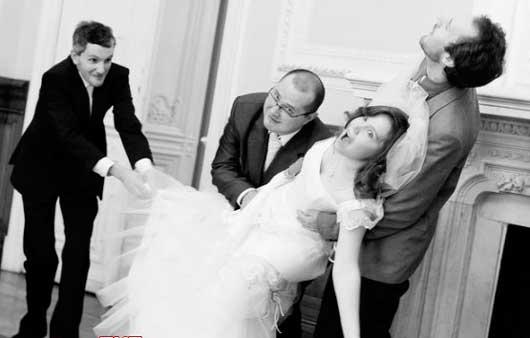 Жених схватил невесту в загсе