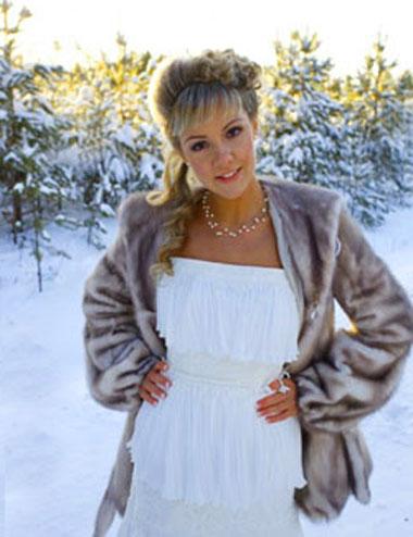 Меховая шаль илиу шуба на зимней свадьбе