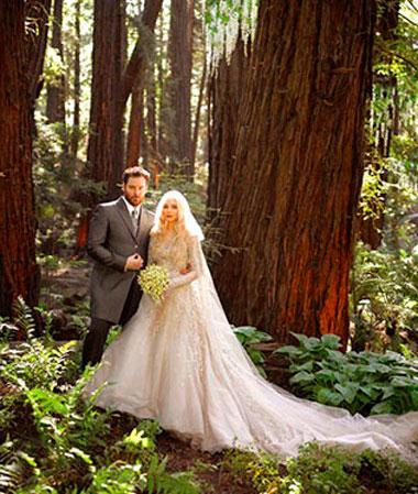 Пейзаж в лесу с невестой и букетом