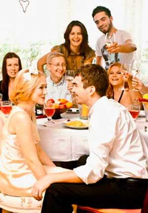 Первый поцелуй молодожен за столом