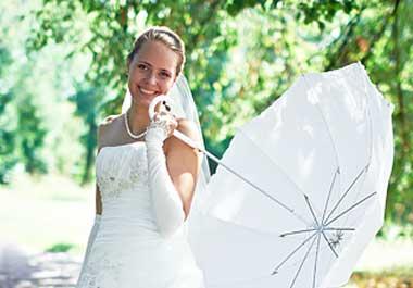 Белый зонт на дождливой свадьбе