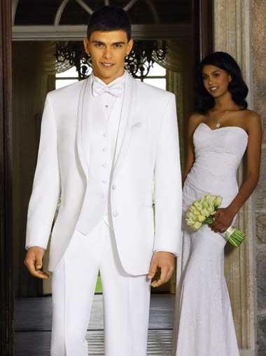 Костюм белого цвета- классика на свадьбе