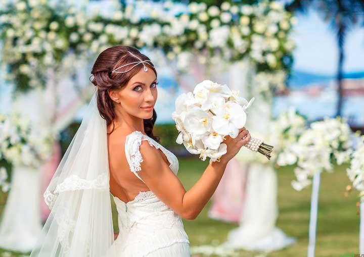 Красивая невеста в белом винтажном платье