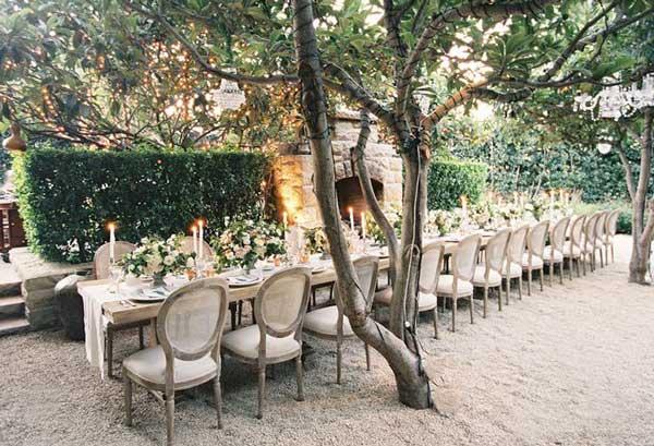 На улице оформление винтажной свадьбы и столов