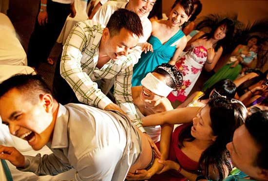 Конкурс свадебный укуси-поцелуй