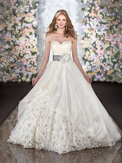 Платье невесты на подиуме мод