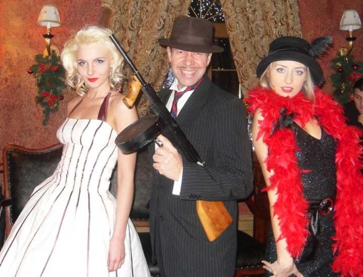 Фото с оружием на вечеринке ганстеров