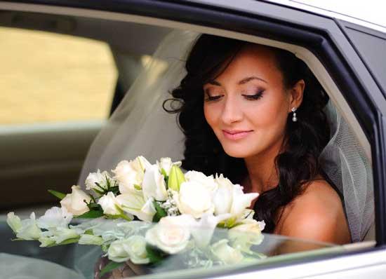 Цветы в машине на свадьбе