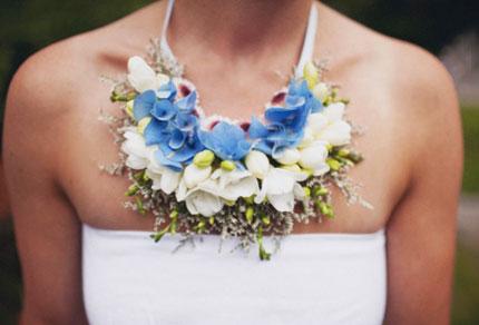 Колье из цветов на шею невесты
