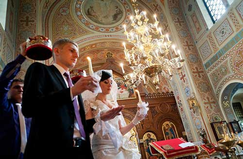 венчание молодоженов