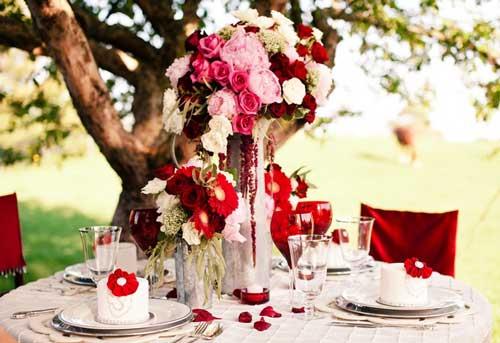 красные-цветы-на-свадьбе
