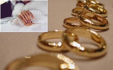 Обручальные кольца и молодожены