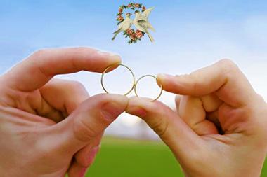 Обручальные кольца в руках