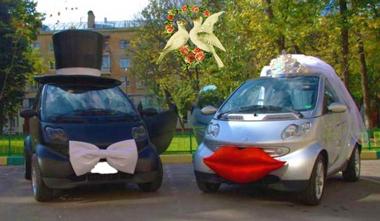 Украшение автомобиля на свадьбу шляпой и фатой
