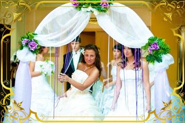 Свадебная арка и моодожены