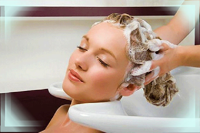 Мытье головы девушки