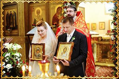 Молодые с иконами на венчании