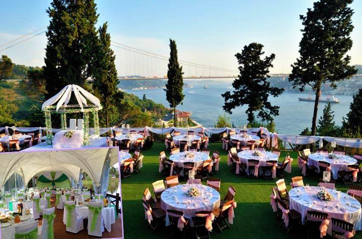 Свадебные столы и сцена на беергу реки