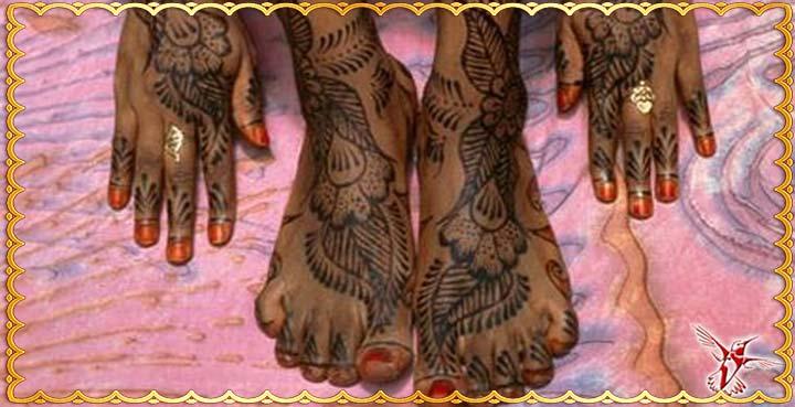 Росписанные узором руки и стопы ног