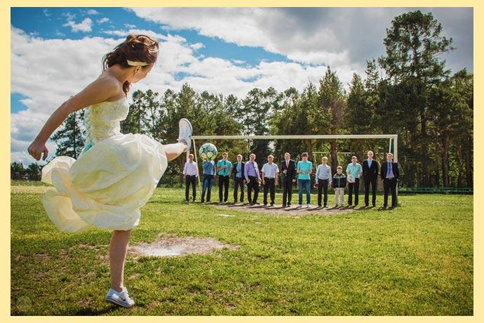 Невеста на футбольном поле с гостями