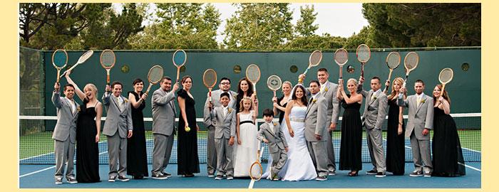 Гости свадьбы на корте с тенисными ракетками