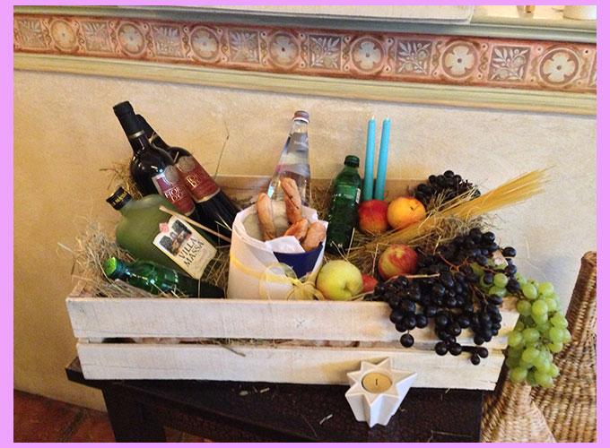 Ящик с виноградом, вином, свечами и макаронами