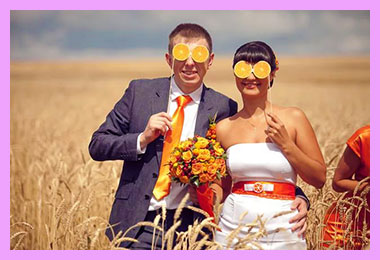 Жених и невеста с очками из апельсинов
