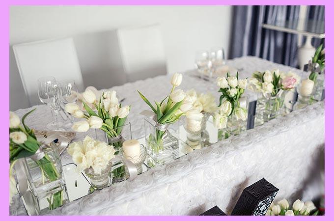 Белые тюльпаны на свадебном столе