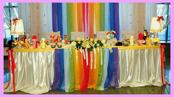 Место молодых на свадьбе в стиле радуги