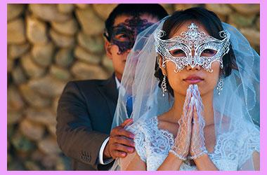 Жених и невеста в масках