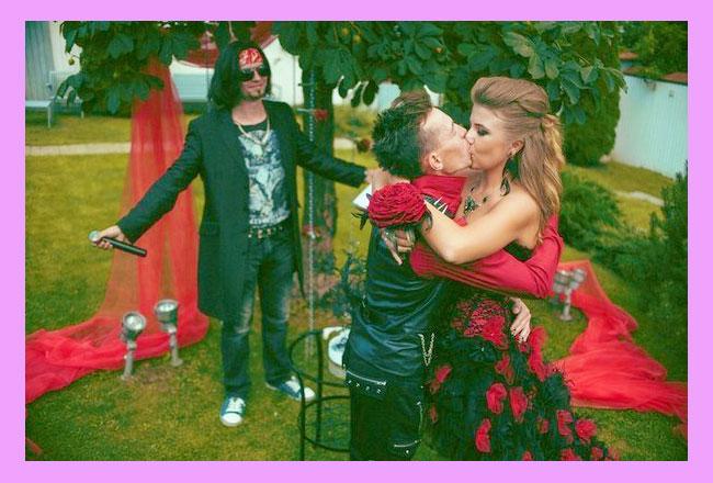 Тамада и молодожены целуются в стиле рок