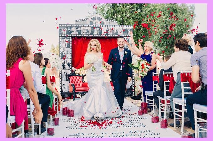 Обрасывание лепестками жениха и невесты