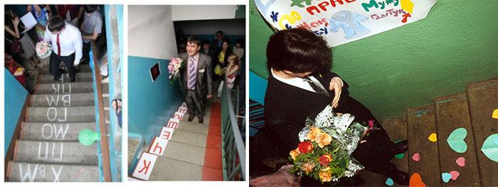 Жених иде тпо лестнице с надписями на ступенях