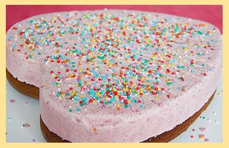 Торт сердце с разноцветной присыпкой