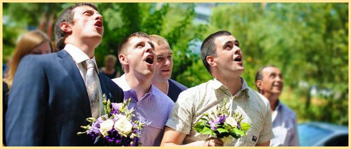 Жених с друзьями поют для невесты
