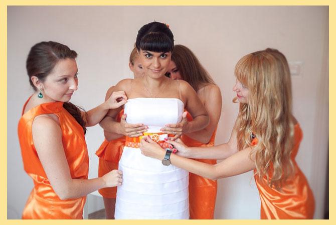 Подружки одевают невесту