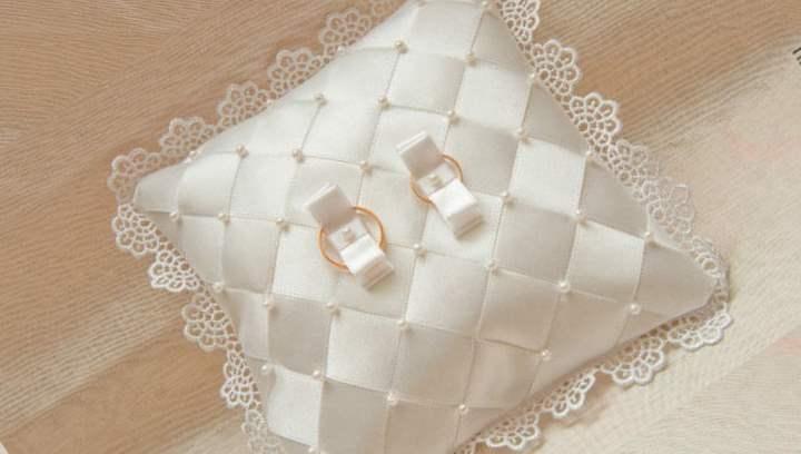 Белая подушечка под кольца