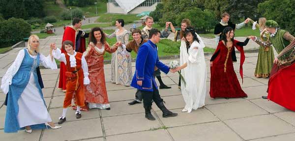 В чем одеты гости на средневековую свадьбу?