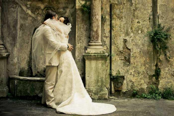 Жених и невеста на фоне замка