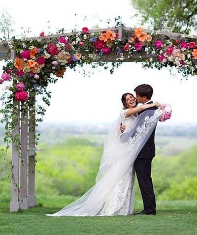 Церемониальная свадьба под аркой